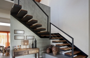 Изготовление дизайнерских металлических лестниц в стиле лофт, перила и ограждения, лестницы на металлическом каркасе по вашим размерам и дизайну на заказ.