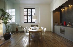 Изготовление и укладка деревянных полов из массивной доски дерева дуба и ясеня в стиле лофт на заказ.